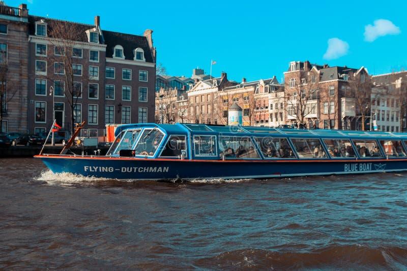 阿姆斯特丹运河,有历史大厦和小船的 免版税库存图片