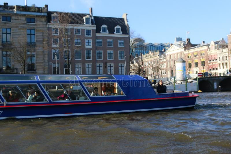 阿姆斯特丹运河,有历史大厦和小船的 免版税库存照片