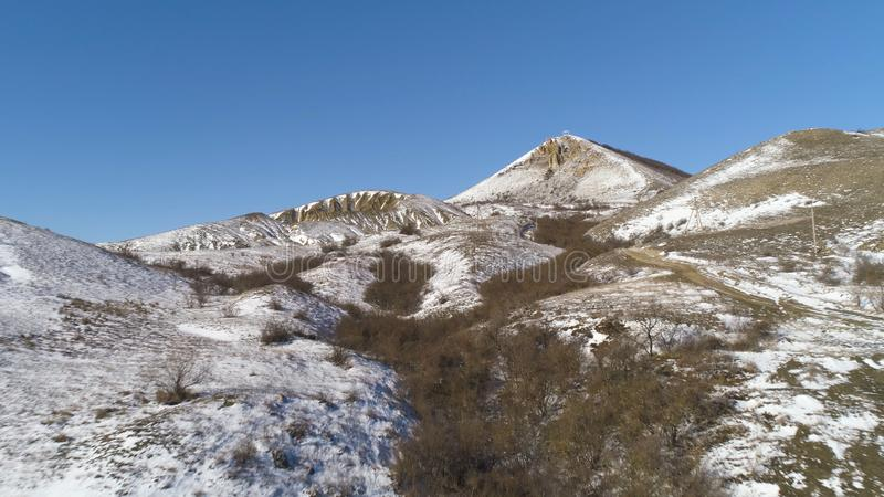 阿尔卑斯-鸟瞰图 在雪下的山在冬天 雪与蓝天的山脉风景全景  库存照片