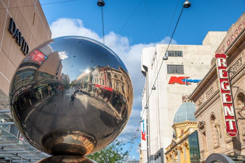 阿德莱德,澳大利亚- 2018年9月16日:有金属球反射的主要购物的街道 城市吸引500万个游人 免版税库存照片