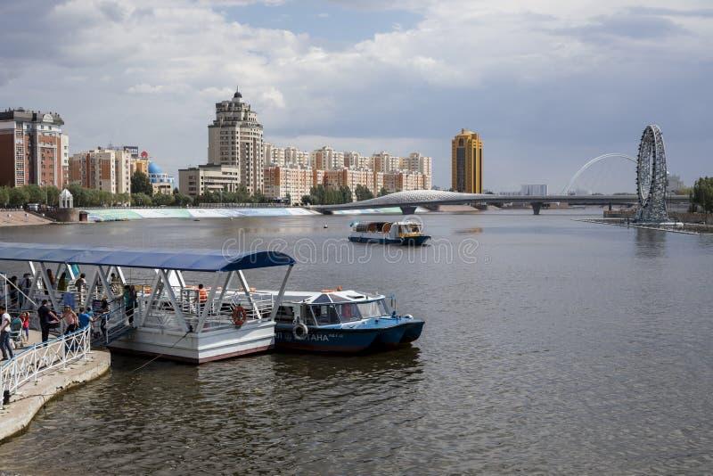 阿斯塔纳,哈萨克斯坦, 2018年8月4日:游览小船的着陆点在Yesil河在街市阿斯塔纳 免版税库存照片