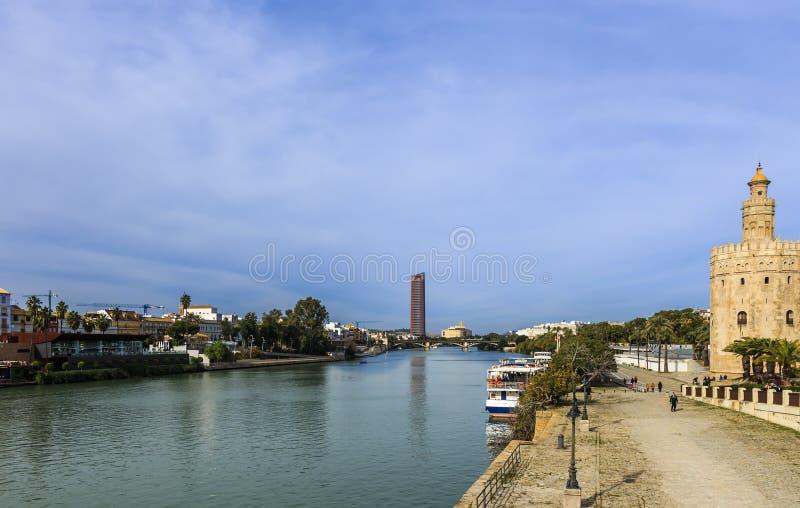 阿方索十二世运河和托尔在右边的del Oro 免版税图库摄影