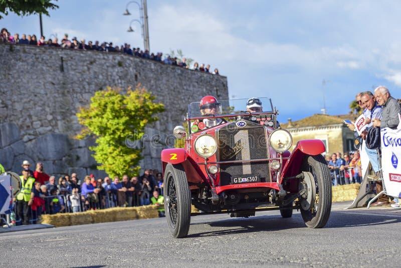 阿米莉雅,意大利,2018年5月 Mille Miglia 1000英里,历史葡萄酒赛车 驾驶一历史OM Superba红色的两个人 库存照片