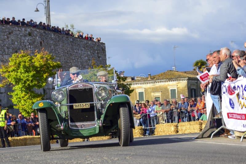 阿米莉雅,意大利,2018年5月 Mille Miglia 1000英里,历史葡萄酒赛车 驾驶历史红色OM的两个人 在路上 免版税库存图片