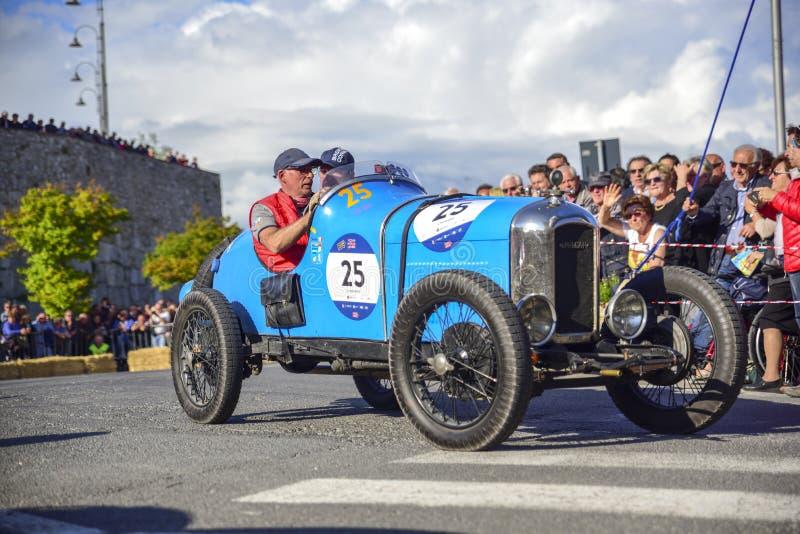 阿米莉雅,意大利,2018年5月 Mille Miglia 1000英里,历史葡萄酒赛车 驾驶历史的阿米卡尔,蓝色的两个人 库存照片