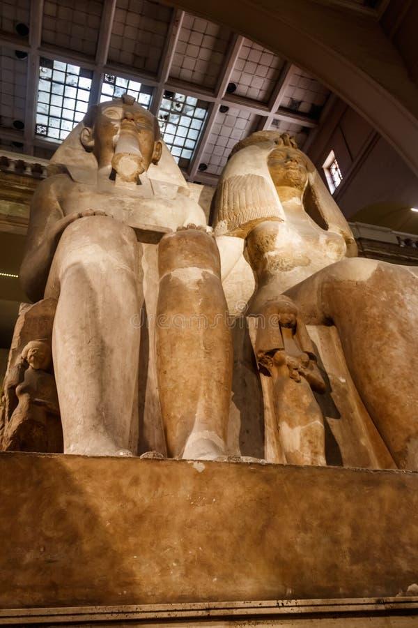 阿蒙霍特普三世巨大雕象和女王泰伊王后和他们的女儿Henuttaneb在埃及上古博物馆在开罗, 库存图片