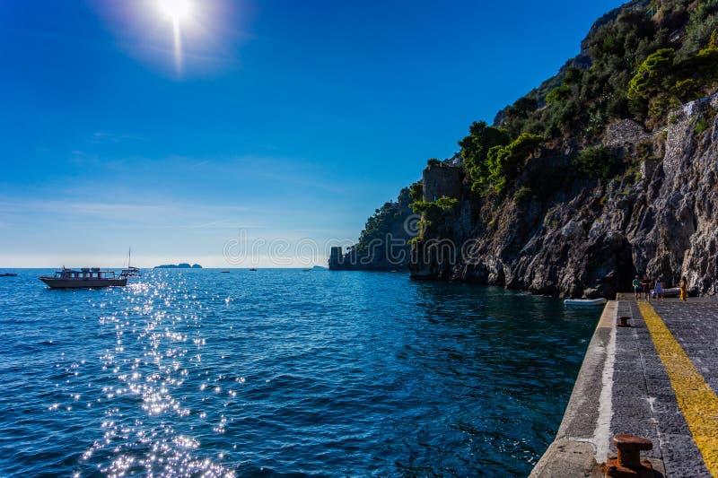 阿马飞与地中海岩石岸和小船的海岸线  库存照片