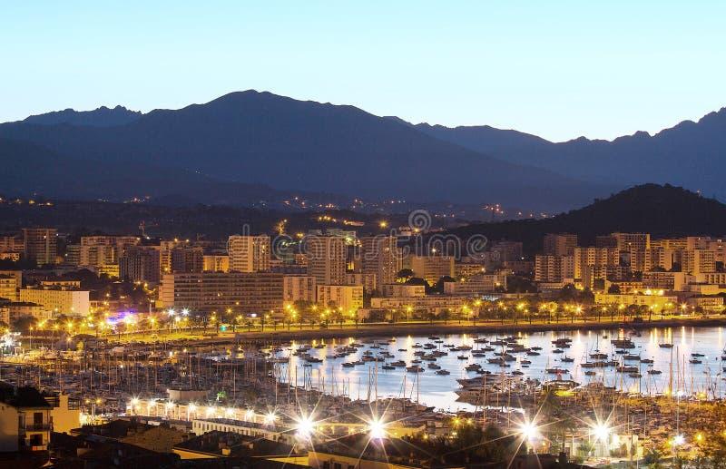 阿雅克修市和它的小游艇船坞房子在晚上,法国,科西嘉海岛 免版税库存图片