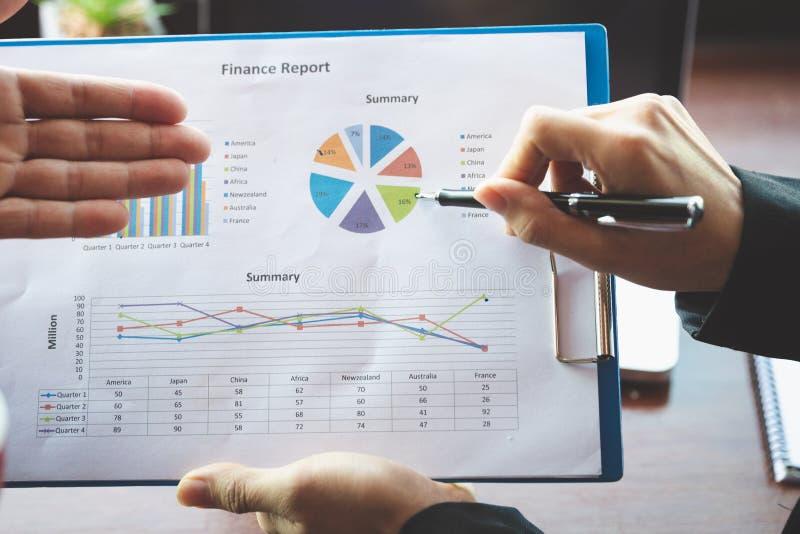 队业务会议介绍,谈论的商人显示结果的他们成功的图和图表 库存图片