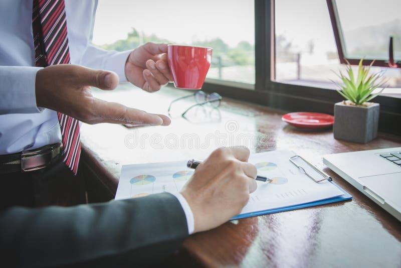 队业务会议介绍 手商人工作计划在现代办公室 在早晨光的手提电脑 免版税库存照片