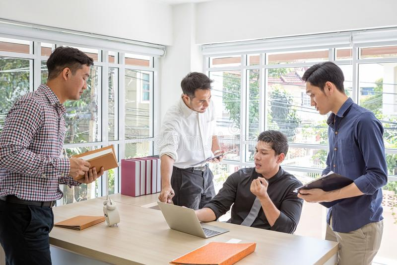 队企划信息在会议上 一个小组商人见面在书桌 商人被注重关于工作 库存图片