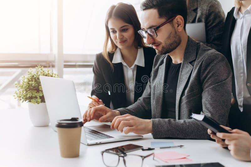 队工作 照片年轻businessmans乘员组与新的起始的项目一起使用在现代顶楼 在桌上的普通设计笔记本 免版税库存图片