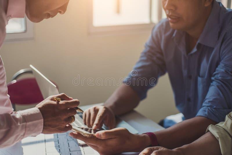 队建筑师工程师设计谈论与在桌上的图纸在办公室 工程学工具和建筑概念 库存图片