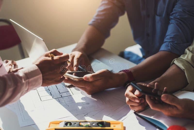 队建筑师工程师设计谈论与在桌上的图纸在办公室 工程学工具和建筑概念 免版税库存照片