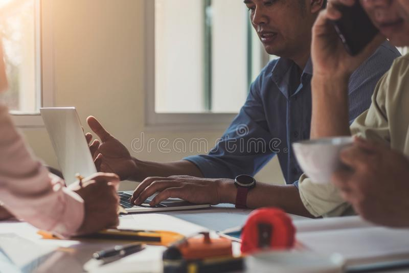 队建筑师工程师设计谈论与在桌上的图纸在办公室 工程学工具和建筑概念 库存照片
