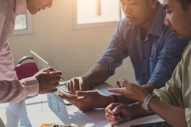 队建筑师工程师设计谈论与在桌上的图纸在办公室 工程学工具和建筑概念 免版税库存图片