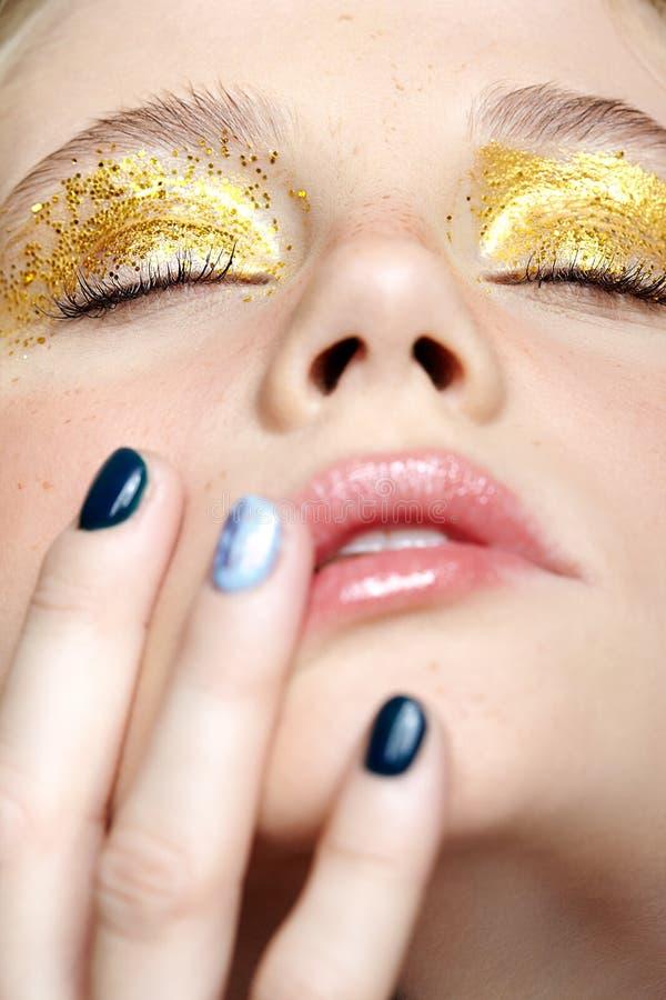 闭合的人的女性面孔特写镜头宏观射击与黄色发烟性眼睛秀丽构成的 免版税图库摄影