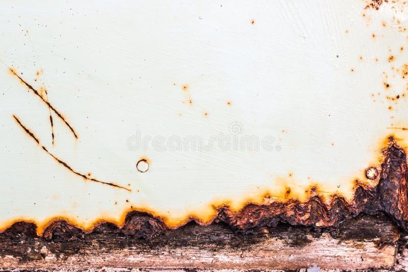 铁锈抽象背景和纹理老年迈的铁涂层表面上的与白色 库存照片