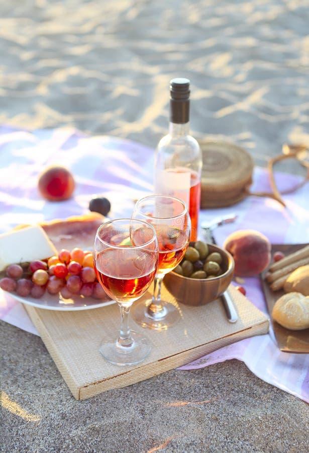 野餐室外用玫瑰酒红色果子肉和乳酪 图库摄影