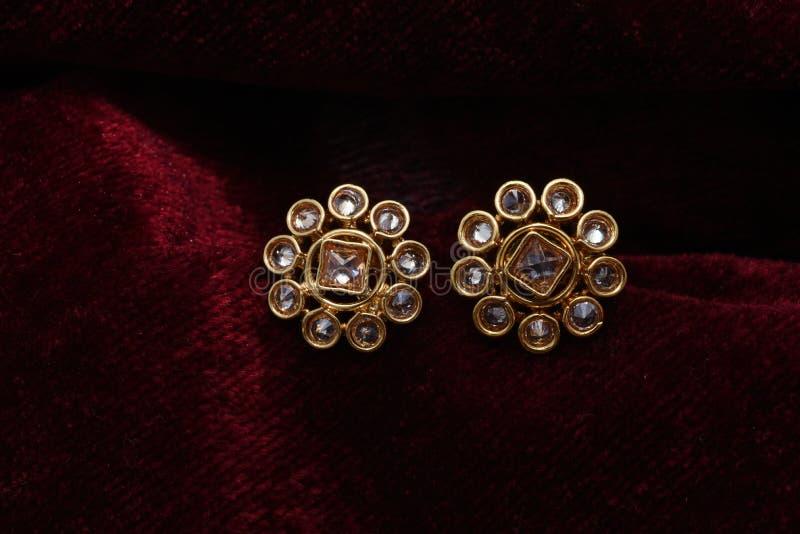金子镀了首饰-花梢设计师金黄上面宏观图象 图库摄影