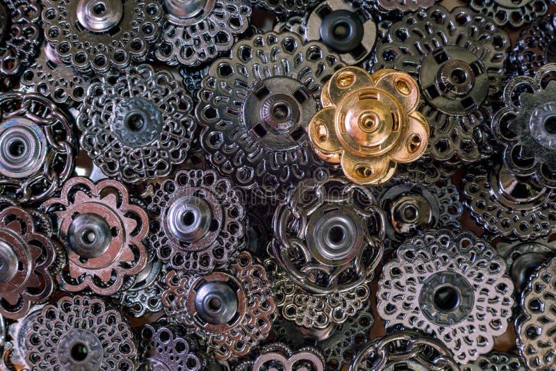 金属化黑暗的金属和一粒金钮扣装饰按钮  黑色西洋棋棋子概念一反对典当行白色 不要是象所有的人 图库摄影