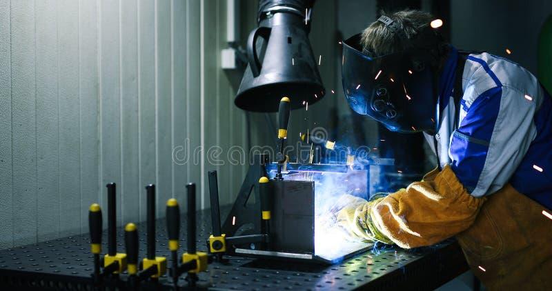 金属切削与乙炔火炬在工厂 库存照片