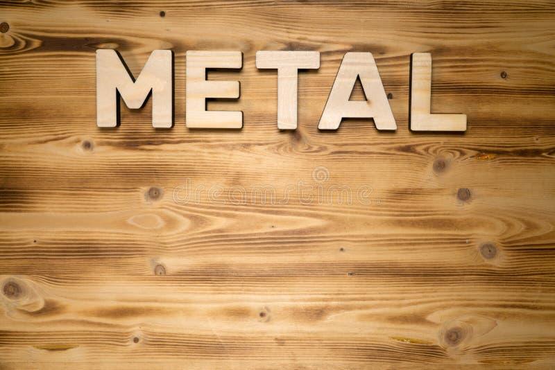 金属词由木印刷体字母做成在木板 库存照片