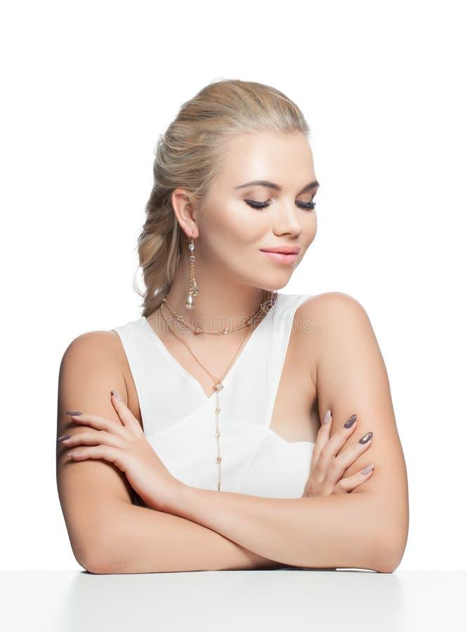 金时髦首饰的摆在愉快的快乐的年轻女人微笑和隔绝在白色背景 库存照片