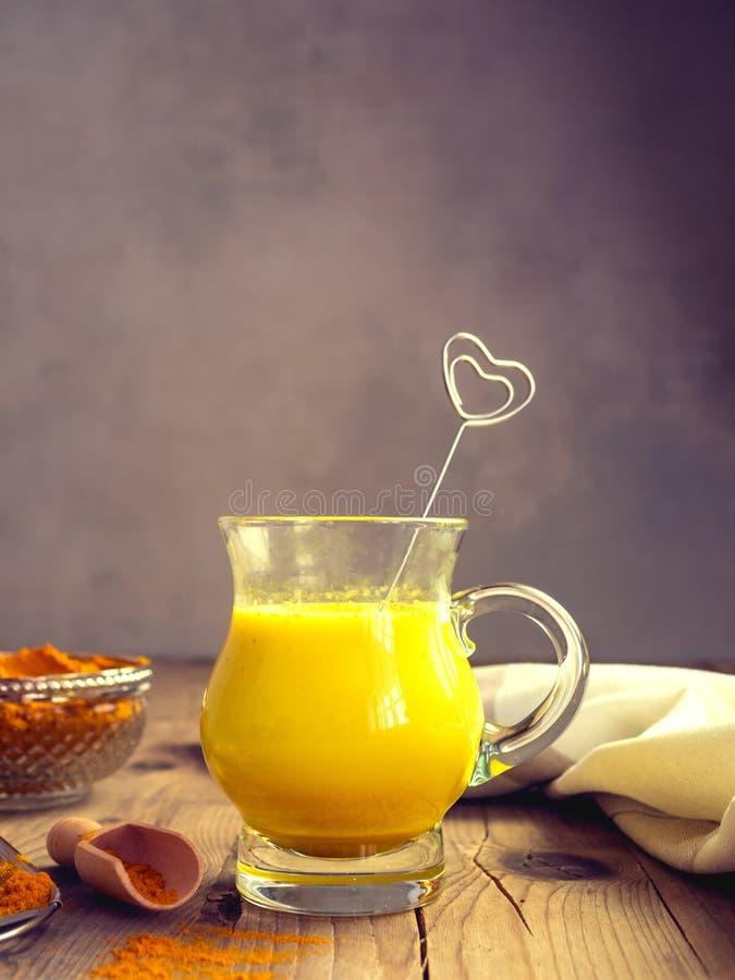金黄牛奶用姜黄,健康食品 库存图片