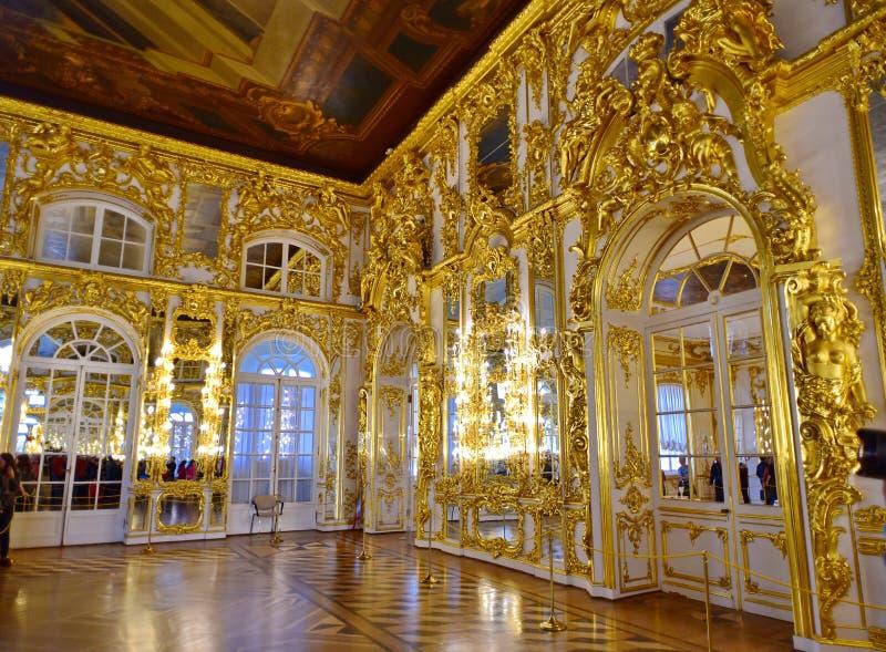 金黄闪烁的豪华皇家宫殿 库存图片