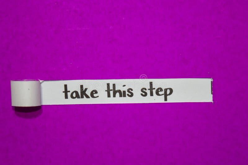 采取这个步骤,启发、刺激和企业概念在紫色被撕毁的纸 库存照片