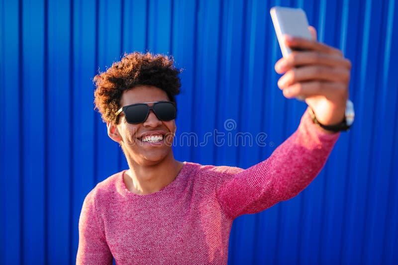采取selfie的聪慧的种族人 库存照片