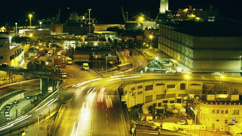 长的曝光夜被射击繁忙的工业海口区域 热那亚意大利 免版税库存照片
