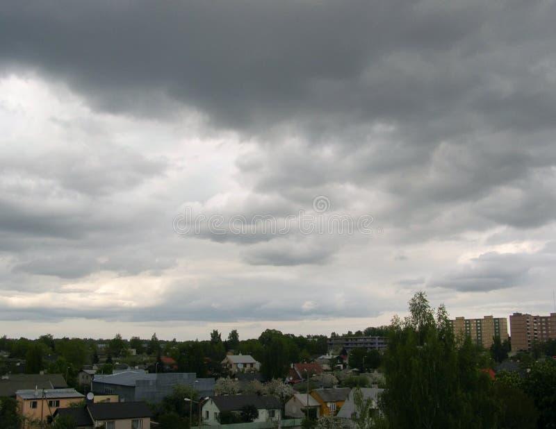 镇在风雨如磐的天空下 免版税图库摄影