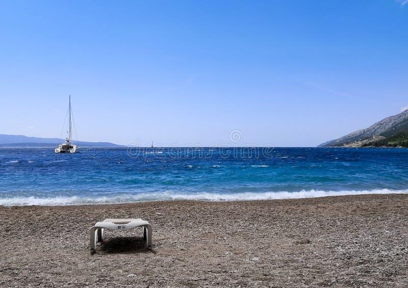 镇静海滩:在蓝色海的天空 免版税库存照片
