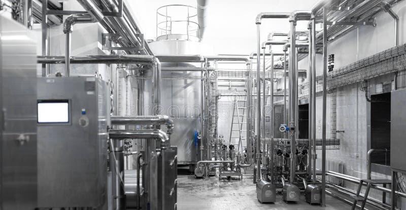 镀铬物在食品工业植物的被镀的管子系统  库存照片