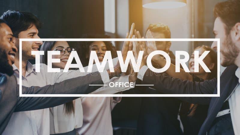 配合概念 给高五的同事在办公室 库存照片