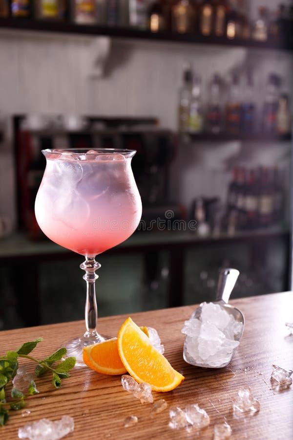 酒精酒吧,在酒吧柜台的鸡尾酒杯,在酒吧的鸡尾酒杯, 库存图片