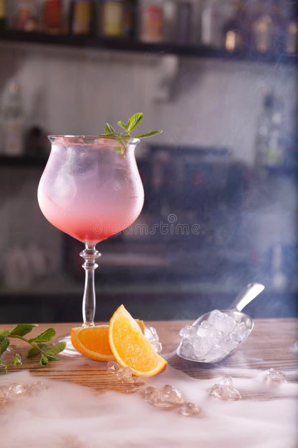 酒精酒吧,在酒吧柜台的鸡尾酒杯,在酒吧的鸡尾酒杯, 库存照片