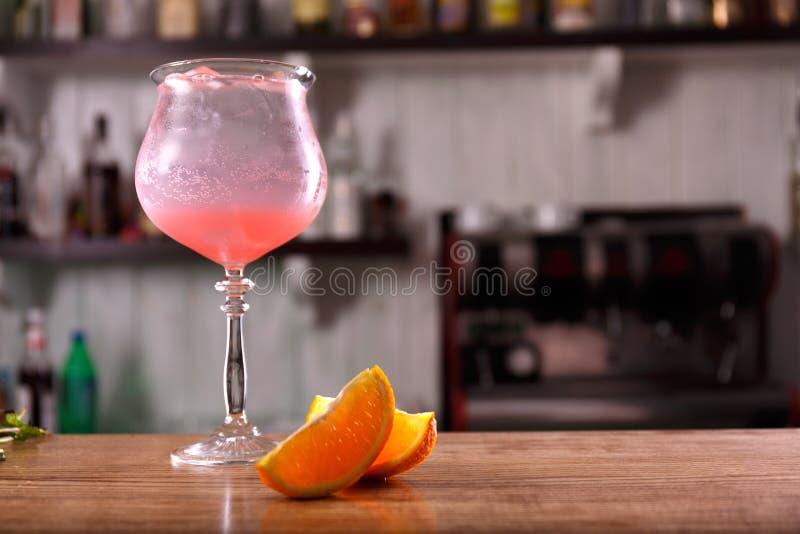 酒精酒吧,在酒吧柜台的鸡尾酒杯,在酒吧的鸡尾酒杯, 免版税库存照片