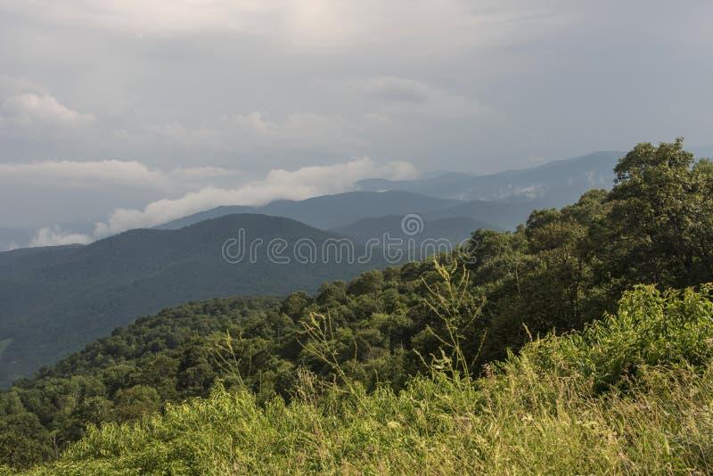 雪伦多亚风暴云彩和小山 库存照片
