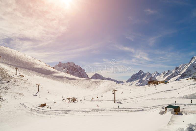 雪山的全景和椅子滑雪电缆车在一个晴朗的冬日 图库摄影