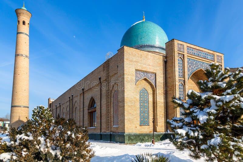 雪和树在Hazrati阿訇复合体附近,塔什干的宗教中心ornated清真寺和尖塔  库存照片