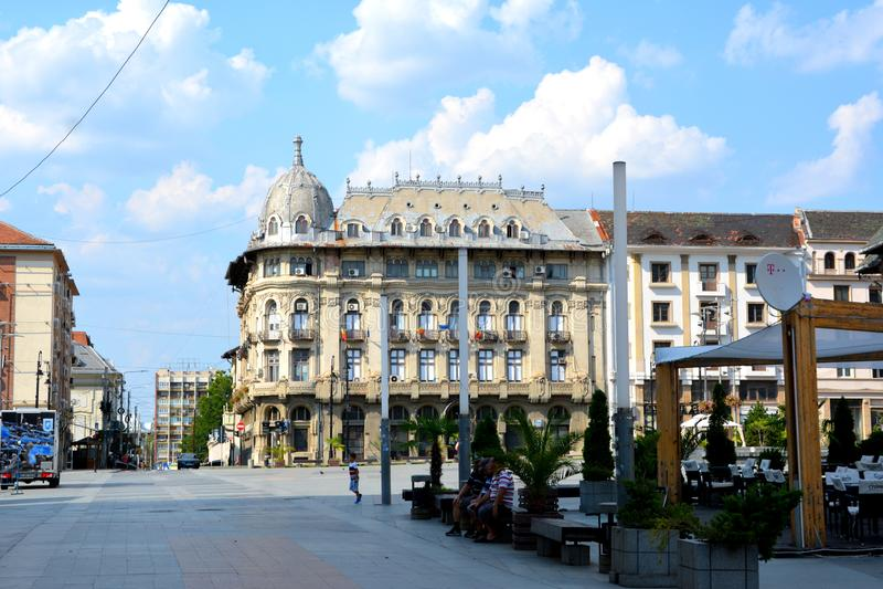 雕象在中央集市广场 典型的都市风景在村庄克拉约瓦,罗马尼亚 免版税库存照片