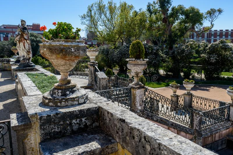 雕象和楼梯在MarquAass de蓬巴尔Palace -奥埃拉斯,葡萄牙的庭院里 库存图片