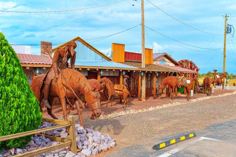 雕象,铁金属制品雕塑在咖啡馆Stones&More附近的在亚利桑那 免版税库存照片