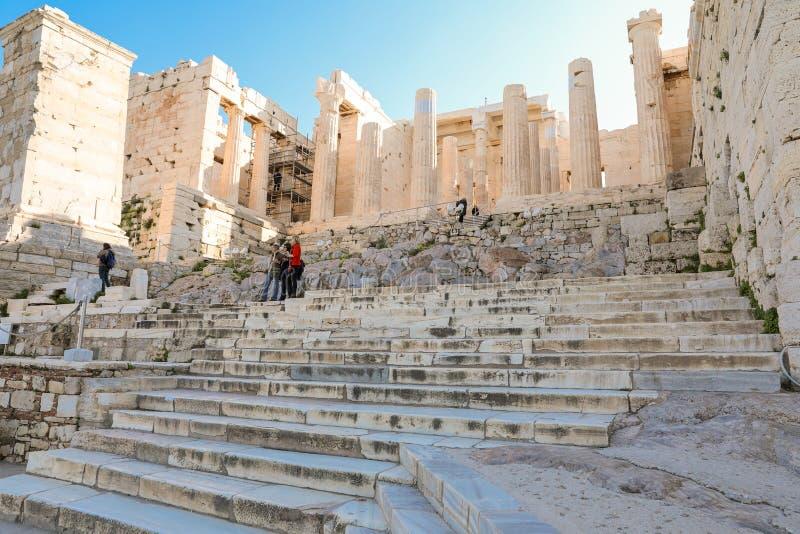 雅典,希腊- 2017年3月14日:台阶的游人在亚典人上城PROPYLAEA前面担当入口对 免版税图库摄影
