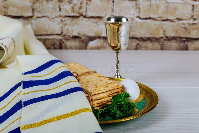 逾越节的未发酵的面包与在板材的Seder在桌关闭 库存图片
