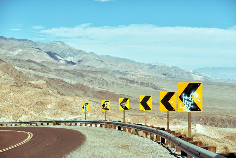 通往死亡谷国家公园的狂放的驾驶的道路 免版税库存照片
