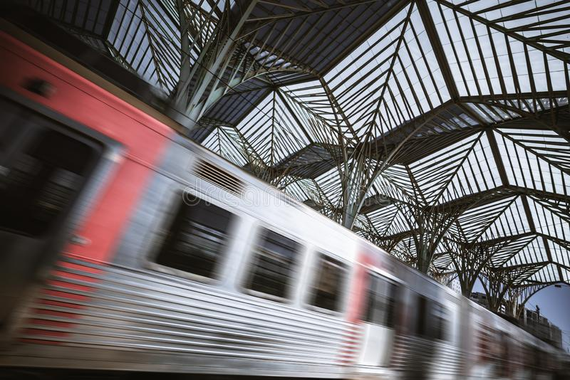 通过驻地的模糊的火车 库存图片